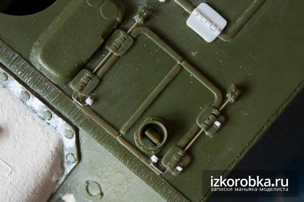 СУ-100. Торсионы на люке наводчика
