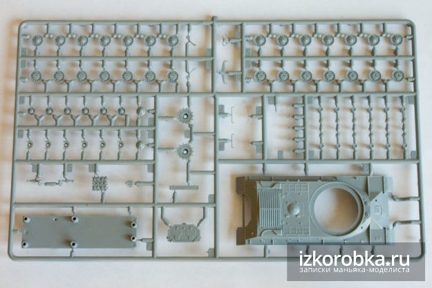 Фото литника с деталями. Сборная модель танка ИС-2 от Звезды. Масштаб 1/72