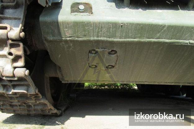 Лючок доступа к регулировке натяжения правой гусеницы на самоходах СУ-100 и СУ-85