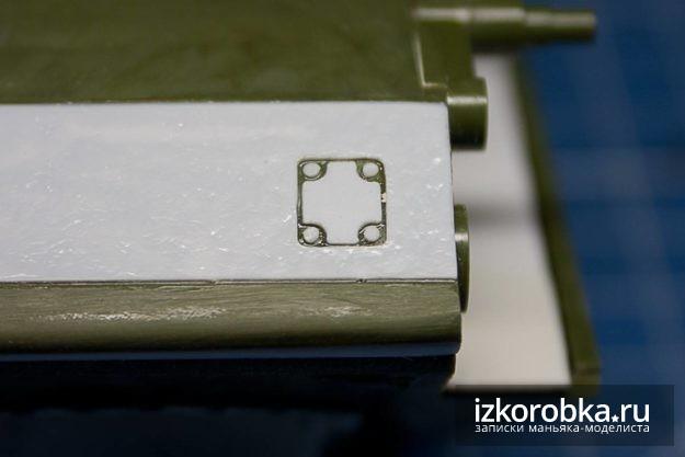 СУ-100. Имитация лючка для доступа к механизму натяжения правой гусеницы машины